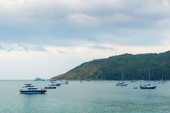 Малый быстроходный катер причаливает в волнистом море около берега с предпосылкой горизонта моря в далеком расстоянии Стоковая Фотография