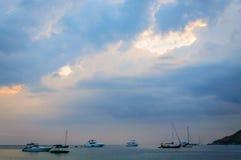 Малый быстроходный катер причаливает в волнистом море около берега с предпосылкой горизонта моря в далеком расстоянии Стоковые Фотографии RF