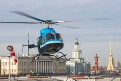 Малый вертолет принимает от вертодрома в Санкт-Петербурге, против фона Kunstkamera, стрелка Vasilyevs Стоковое Фото