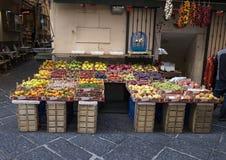 Малый внешний магазин с фруктами и овощами на узкой улице в Сорренто, Италии Стоковые Изображения RF