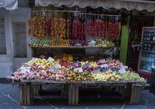 Малый внешний магазин с фруктами и овощами на узкой улице в Сорренто, Италии Стоковые Изображения