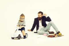 Малый водитель мальчика или пилотный и бородатый отец стоковое фото rf