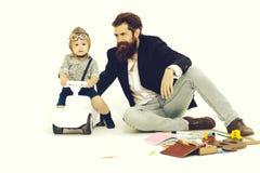 Малый водитель мальчика или пилотный и бородатый отец стоковая фотография rf