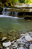 Малый водопад на реке гор Стоковое фото RF