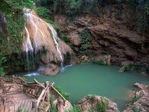 Малый водопад с яркой ой-зелен водой стоковая фотография rf