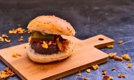 Малый гамбургер wagyu и зажаренные луки стоковое фото rf