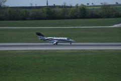 Малый двигатель ездя на такси в авиапорте вены, СОПЕРНИЧАЕТ Стоковое фото RF