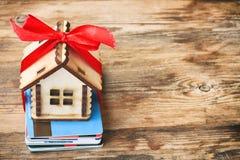 Малый деревянный дом с лентой, пуком пластичных кредитных карточек Стоковые Фото