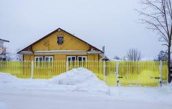 Малый деревянный дом с яркой желтой загородкой 17-ое февраля 201 Стоковые Фотографии RF