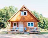 Малый деревянный коттедж в норвежском стиле с террасой Стоковая Фотография