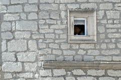 Малый, каменный обрамлять и шнурок украсили окно на фасаде построенном камнем стоковые изображения
