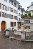 Малый квадрат с фонтаном в старом городке Цюриха Стоковые Изображения