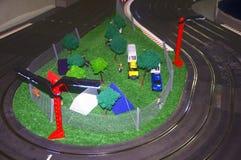 Малый лагерь игрушки с следами и красными фонариками стоковая фотография