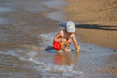 Малый мальчик на пляже стоковое изображение