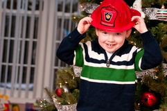 Малый мальчик с шлемом пожарного Стоковая Фотография