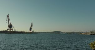 Малый паром общественного транспорта покидая док в гавань Гётеборга акции видеоматериалы
