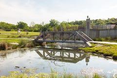 Малый пешеходный мост над потоком Стоковые Изображения