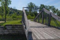 Малый пешеходный мост над потоком Стоковое Изображение RF