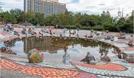 Малый пруд, банки которого украшены с скульптурными изображениями Стоковое фото RF