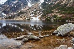 Малый пруд в гигантских горах Стоковые Изображения RF