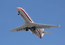 МАЛЫЙ реактивный самолет приходя внутри для приземляться Стоковые Фото
