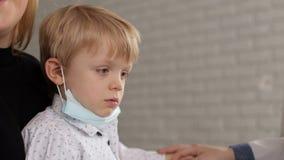 Малый ребенок выбирает его палец в носе, крупном плане акции видеоматериалы