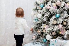 Малый ребенок в интерьере ` s Нового Года ` S Нового Года и рождество Стоковые Изображения