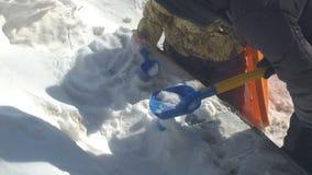Малый ребенок играет с снегом акции видеоматериалы