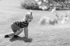 Малый ребенок на каникулах Милый ребёнок играя на зеленой траве стоковое изображение