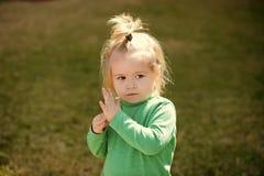 Малый ребёнок с милой серьезной стороной стоковые изображения rf
