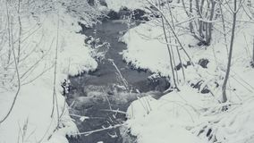 Малый ручеек в зиме с падая снегом Все покрыто с свежим порошком видеоматериал