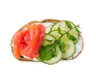 Малый сандвич при семги, огурец и arugula изолированные на whi Стоковые Фотографии RF