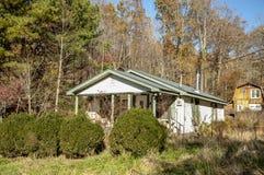 Малый сельский дом с большим амбаром Стоковое Фото