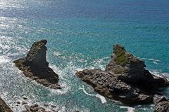 Малый скалистый зеленый остров в Корнуолле стоковое фото