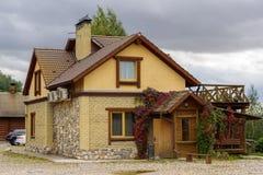 Малый современный дом сделанный желтых кирпича и камня Стоковые Фото