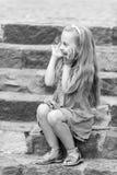 Малый счастливый ребёнок в голубом платье на красочных лестницах Стоковая Фотография