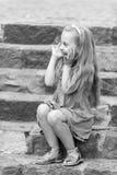 Малый счастливый ребёнок в голубом платье на красочных лестницах Стоковые Фото