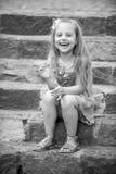 Малый счастливый ребёнок в голубом платье на красочных лестницах Стоковое Изображение