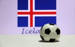 Малый футбол на белом поле и вне фокусирует исландский флаг нации с текстом предпосылки Исландии Стоковое Фото