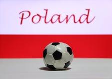 Малый футбол на белом поле и нация заполированности сигнализируют с текстом предпосылки Польши Стоковое Изображение RF