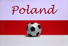Малый футбол на белом поле и нация заполированности сигнализируют с текстом предпосылки Польши Стоковые Изображения RF