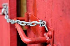 Малый цепной замок на красной двери Стоковая Фотография