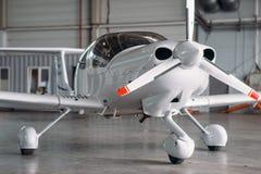 Малый частный самолет turbo-пропеллера в ангаре стоковое фото rf