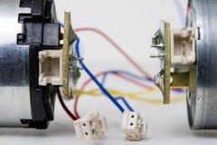 Малый электрический двигатель на белой таблице мастерской Электрический привод u стоковая фотография rf