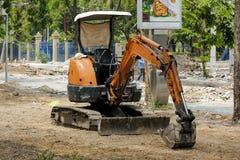 Малый backhoe был припаркован на строительной площадке стоковая фотография