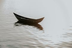 Малый refection рыбацких лодок на фьорде стоковое изображение