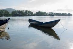 Малый refection рыбацких лодок на части 10 фьорда стоковые фото