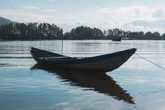 Малый refection рыбацких лодок на части 11 фьорда стоковое изображение