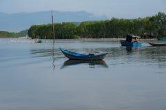 Малый refection рыбацких лодок на части 12 фьорда стоковые фотографии rf