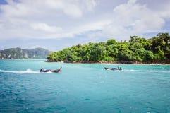 2 малых деревянных шлюпки приближают к зеленому острову в заливе острова Phi Phi Стоковое фото RF